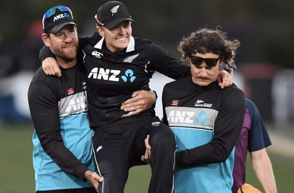 New Zealand bowling coach Jacob Oram (L) helps Lea Tahuhu off the field after she sustained a hamstring injury late in the game Kai Schwoerer/Getty Images